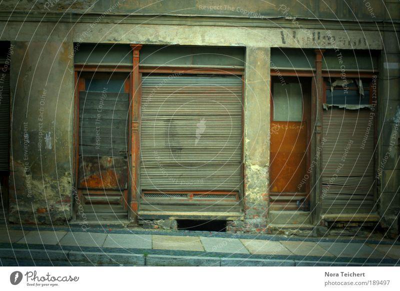 Rückblick. alt Stadt Haus Einsamkeit Wand Tod Fenster Holz träumen Traurigkeit Mauer Gebäude Angst Architektur Tür Zeit