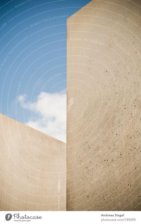 Himmel über Berlin Sightseeing Städtereise Kunst Kunstwerk Holocaustgedenkstätte Wolken Mauer Wand Sehenswürdigkeit Denkmal Stein Beton außergewöhnlich eckig