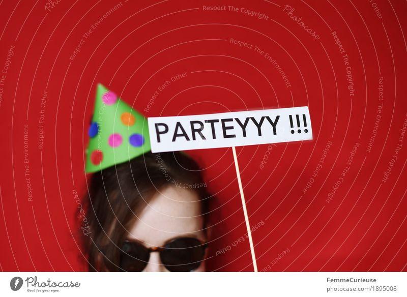 Parteyyy 04 Mensch Frau Jugendliche Junge Frau rot Freude 18-30 Jahre Erwachsene feminin Haare & Frisuren Party Kopf 13-18 Jahre Schriftzeichen Schilder & Markierungen Geburtstag