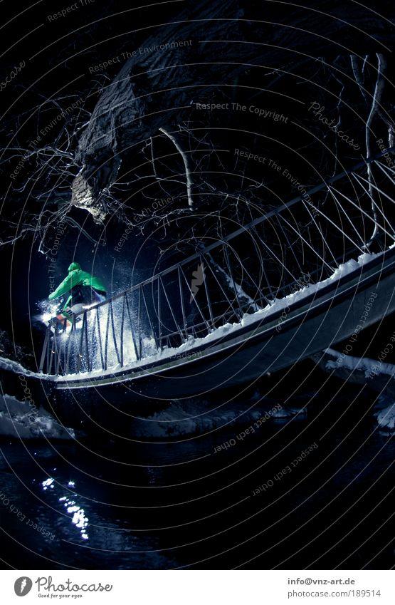 Waterrail Wasser Baum Winter dunkel kalt Schnee Sport Aktion Brücke Fluss Geländer Risiko Treppengeländer Brückengeländer Bach Sportler