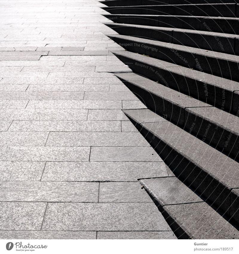 Treppe und Boden ;) Stadt Menschenleer grau schwarz kalt bewegungslos Stein Steinplatten Verlauf aufwärts Farbfoto Außenaufnahme Textfreiraum links
