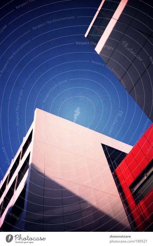 links oben. Stadt Haus blau rot gesättigt analog Lomografie seminargebäude Leipzig Gebäude Architektur Blauer Himmel Pfeil Farbfoto mehrfarbig Außenaufnahme