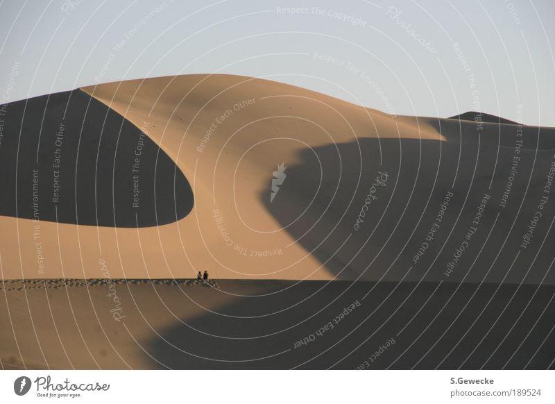Wüstendüne Mensch Sonne Ferien & Urlaub & Reisen ruhig gelb Ferne Freiheit grau Sand Landschaft Stimmung braun Ausflug Tourismus Sehnsucht