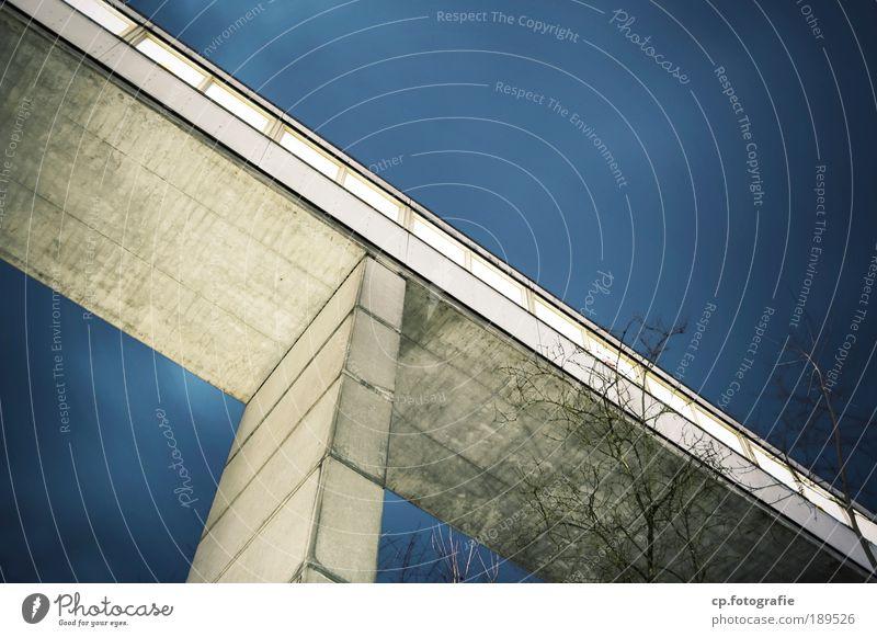 Luftbrücke blau kalt grau Gebäude Architektur groß Hochhaus Perspektive Brücke modern Bauwerk Mobilität Industrieanlage gigantisch
