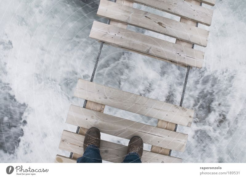 Lückenbrücke Ferien & Urlaub & Reisen Expedition wandern Wasser Fluss Brücke Wanderschuhe Holz Sicherheit gefährlich Angst Partnerschaft fließen Hängebrücke