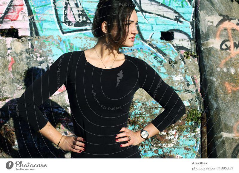 erbaut Jugendliche Stadt Junge Frau schön 18-30 Jahre Erwachsene Wand Graffiti Mauer Stein ästhetisch stehen groß Schönes Wetter beobachten Jugendkultur
