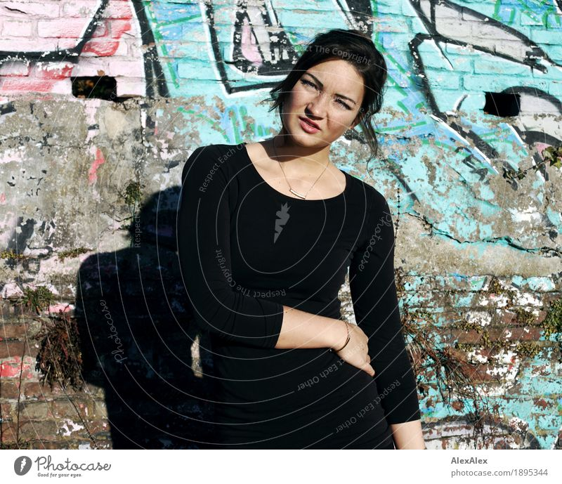 ob das was wird? Jugendliche Junge Frau schön Landschaft 18-30 Jahre Gesicht Erwachsene Graffiti feminin Mauer außergewöhnlich Stein Freizeit & Hobby Ausflug