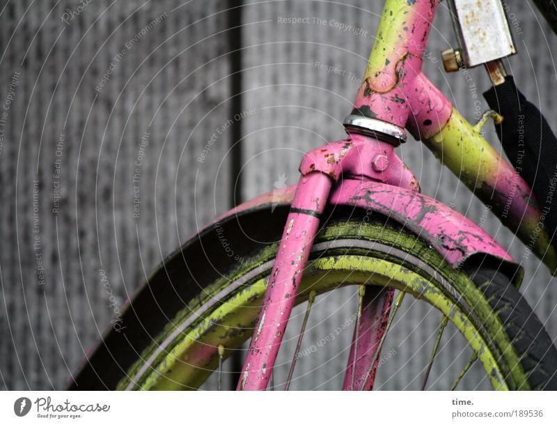 Art Bike Fahrrad Rad Metall Metallwaren Fahrradrahmen Außenaufnahme Reifen Felge schwarz gelb rosa violett Fahrradlenker Lenker parken stehen Winter grau Straße