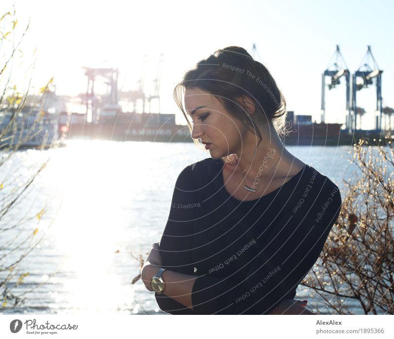 am Hafen Lifestyle Stil schön Haut Kran Containerbrücke Junge Frau Jugendliche Sommersprossen 18-30 Jahre Erwachsene Landschaft Wolkenloser Himmel