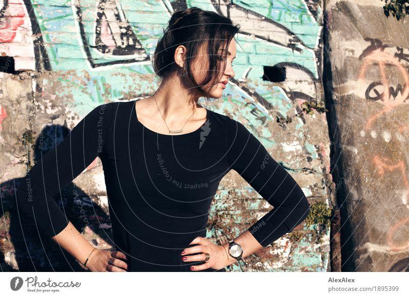 Model Jugendliche Stadt schön Junge Frau 18-30 Jahre Erwachsene Graffiti Lifestyle feminin Stil Mauer außergewöhnlich elegant Kraft ästhetisch groß