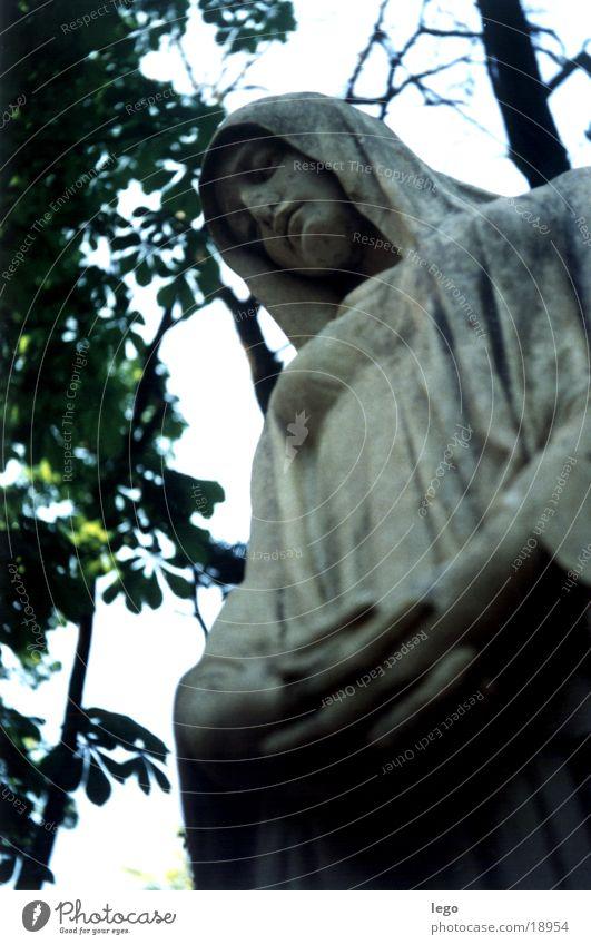 Trauernde2 oben Statue Friedhof Grabstein
