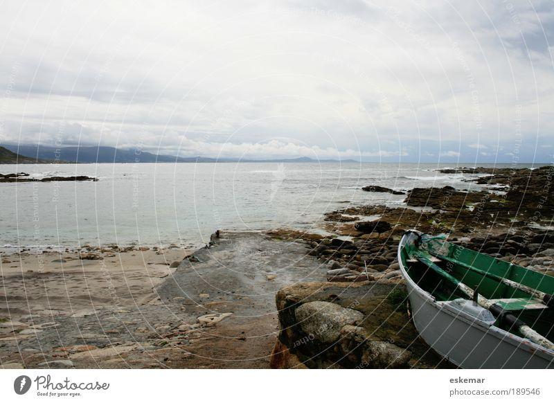 Galizien Atlantik-Küste Ferien & Urlaub & Reisen Landschaft Wasser schlechtes Wetter Felsen Bucht Fjord Meer Fischerboot Ruderboot authentisch trist Stimmung