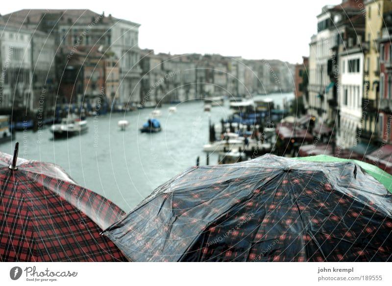 why does it always rain on me Wasser Herbst Regen Wasserfahrzeug Regenschirm Italien historisch Sightseeing Schutz schlechtes Wetter Venedig Fähre Kanal Gondel (Boot) Hafenstadt Bootsfahrt