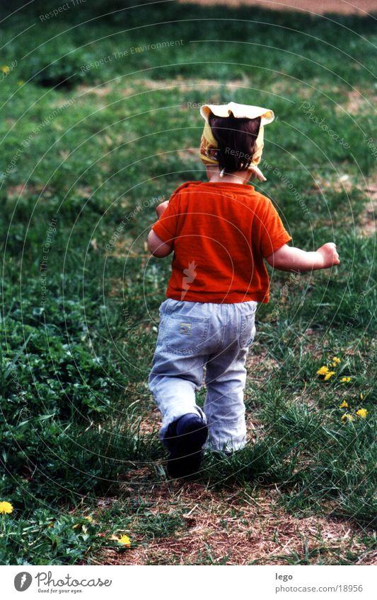 lina rennt Kind Wiese rennen