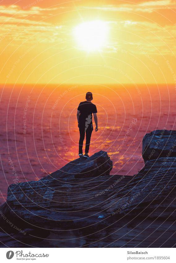 Mensch Natur Ferien & Urlaub & Reisen Jugendliche Sommer Farbe Sonne Junger Mann Meer Ferne Berge u. Gebirge Leben Lifestyle Küste Freiheit Horizont