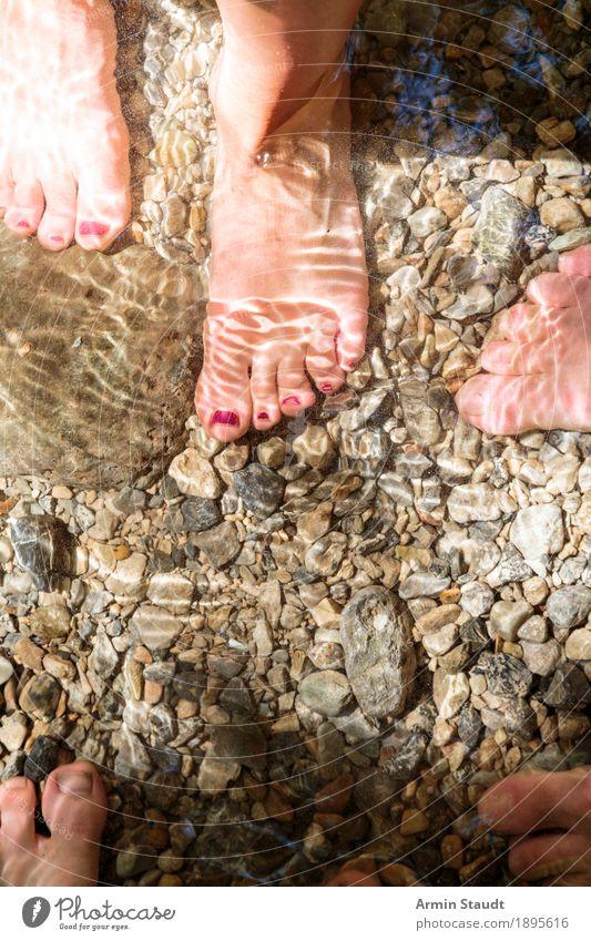 Füße im Wasser Mensch Frau Ferien & Urlaub & Reisen Jugendliche Sommer Meer Freude Erwachsene Umwelt Lifestyle Stil Familie & Verwandtschaft Menschengruppe