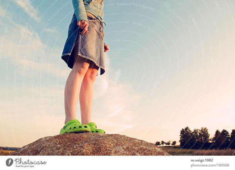 Getting High Mensch Himmel Natur Jugendliche Frau Sommer Freude Erwachsene feminin Landschaft Beine Fuß Horizont Feld Sonnenuntergang Kraft