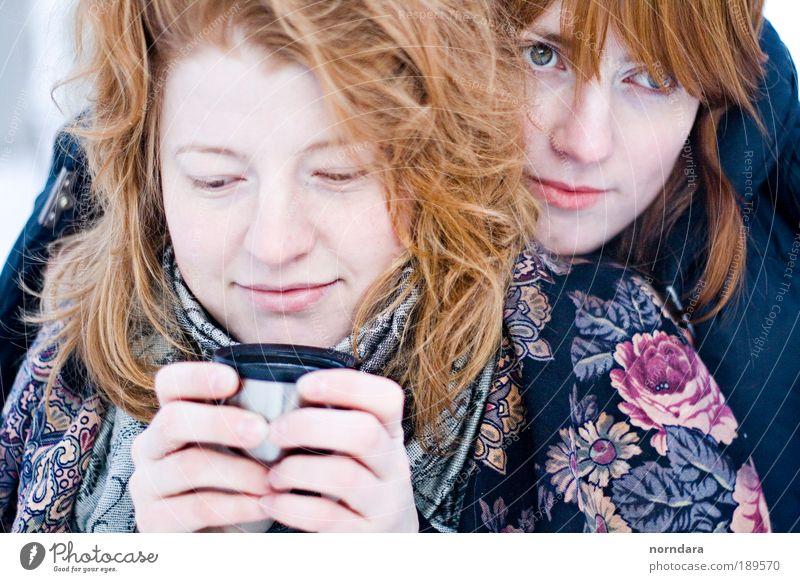 Mensch Jugendliche weiß Winter Schnee Haare & Frisuren Kopf Haut Erwachsene Freundlichkeit Tasse grinsen Lächeln Umarmen rothaarig Schal