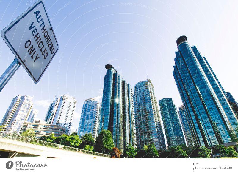 Vancouver Himmel Stadt blau Haus Metall Glas Hochhaus Fassade modern Gebäude neu Skyline Hinweisschild Kanada aufwärts