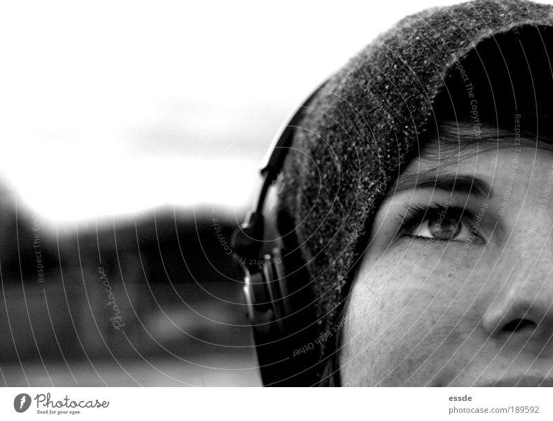 da ist musik drin MP3-Player Kopfhörer feminin Junge Frau Jugendliche Auge Nase 18-30 Jahre Erwachsene Natur Winter Mütze beobachten Denken Erholung genießen
