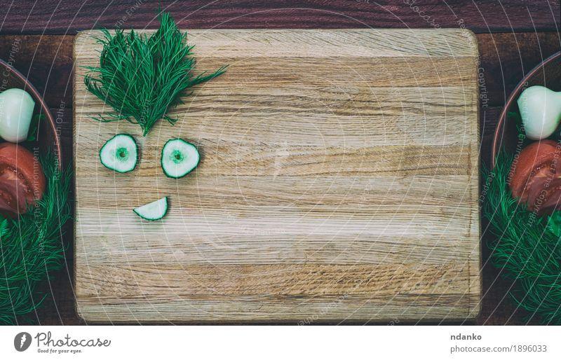 Gemüse-Diät-Salat auf dem Küchenbrett alt grün weiß rot Blatt Gesicht Speise Gefühle natürlich Holz Lebensmittel braun oben Ernährung frisch retro
