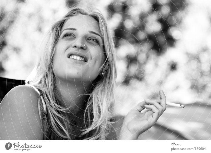 geniesserin Mensch Jugendliche ruhig Erholung feminin Stil Glück Zufriedenheit blond Erwachsene elegant Fröhlichkeit ästhetisch Sträucher Rauchen natürlich