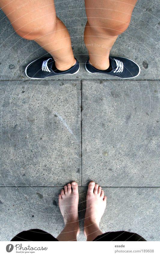 still standing Haut Beine Fuß 2 Mensch Schönes Wetter Schuhe Stein Kommunizieren sprechen stehen warten einfach frech Zusammensein Neugier rebellisch grau