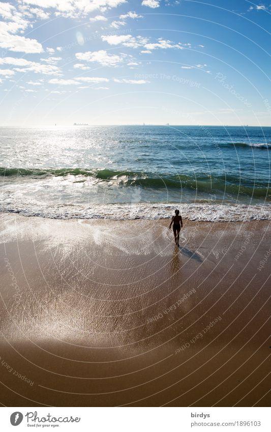 Urlaub am Meer Mensch Frau Himmel Ferien & Urlaub & Reisen Wolken Strand Erwachsene Bewegung Küste feminin gehen Horizont Freizeit & Hobby Wellen Idylle