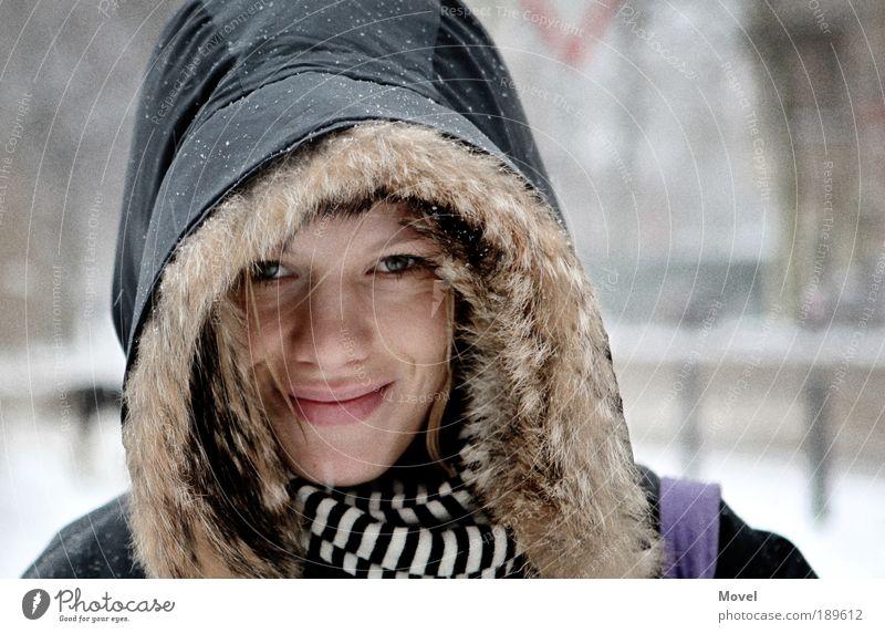 schneekönigin Frau Mensch Jugendliche schön Winter Gesicht Auge Schnee feminin Glück Kopf Schneefall Erwachsene Mund Porträt Blick