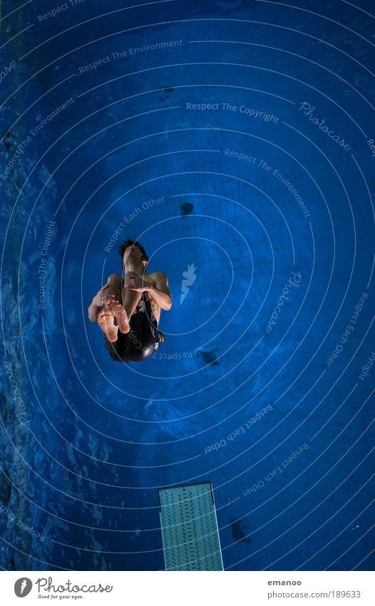 blue ocean diving Lifestyle Freude Sport Wassersport Sportler Freestyle Turmspringen Sprungbrett Salto Wasseroberfläche Schwimmbad maskulin Jugendliche 1 Mensch