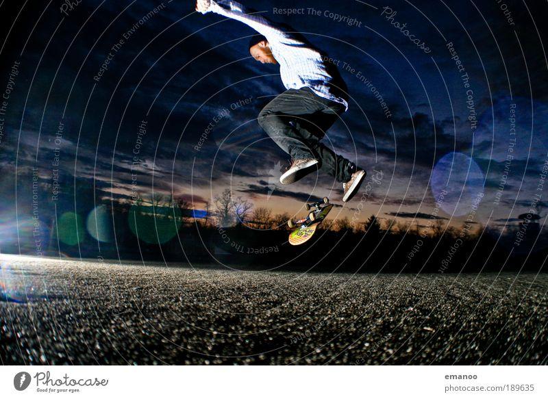 kick the flipping board Mensch Jugendliche Freude Erwachsene dunkel Sport Freiheit springen Stil Zufriedenheit Freizeit & Hobby Kraft maskulin ästhetisch