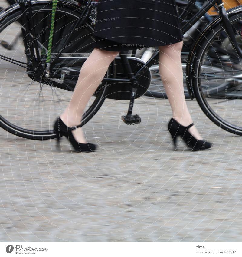 Damenrad schwarz Straße Schuhe Beine Fahrrad Metall gehen Straßenverkehr laufen Metallwaren Rock Rad Kopfsteinpflaster Reifen Mantel Hälfte