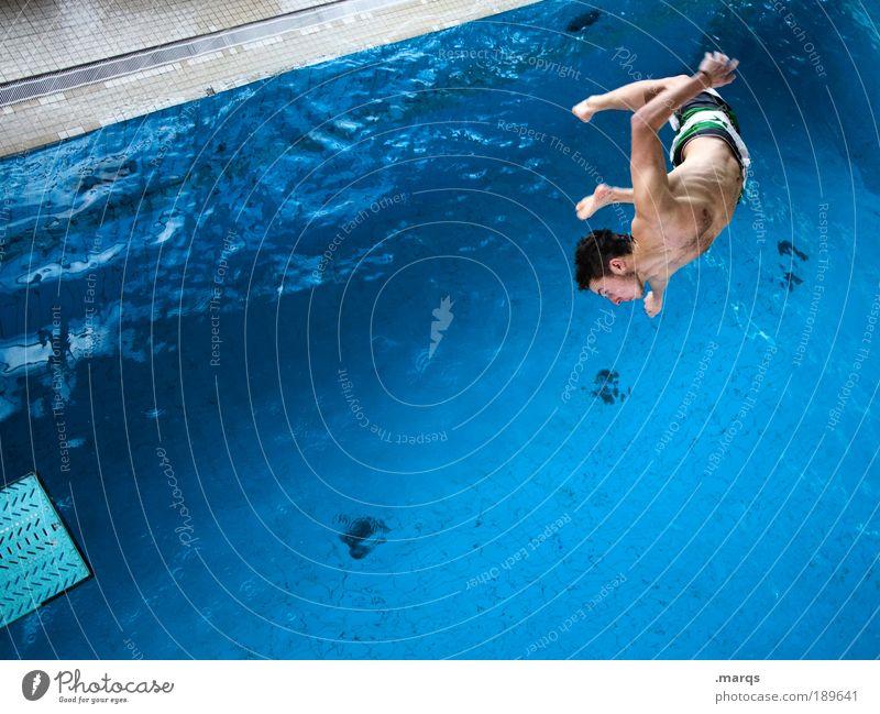 Flo springt Jugendliche blau Freude Sport Leben springen Stil Bewegung Zufriedenheit Mensch Angst Gesundheit Erwachsene maskulin Lifestyle