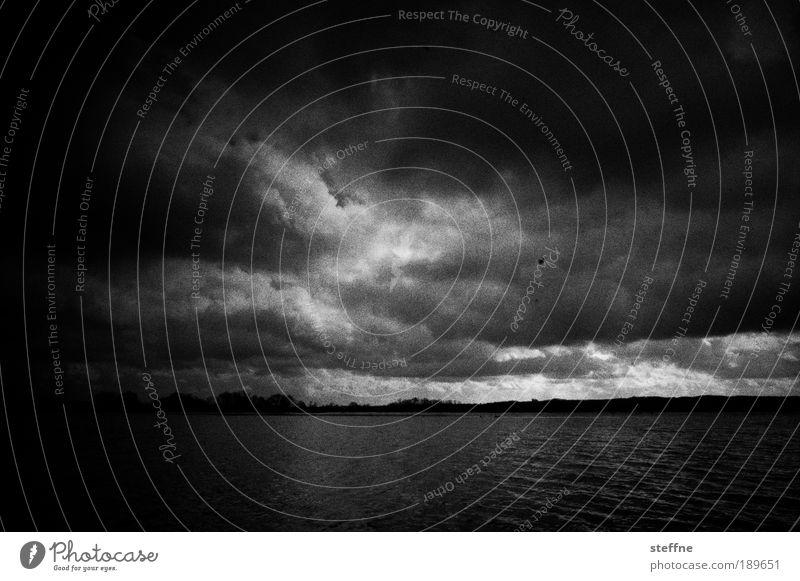 Unheil is drohing Wasser Meer Wolken See Landschaft Stimmung Angst gefährlich Natur Gewitter Seeufer Unwetter Flussufer Zukunftsangst schlechtes Wetter Gewitterwolken