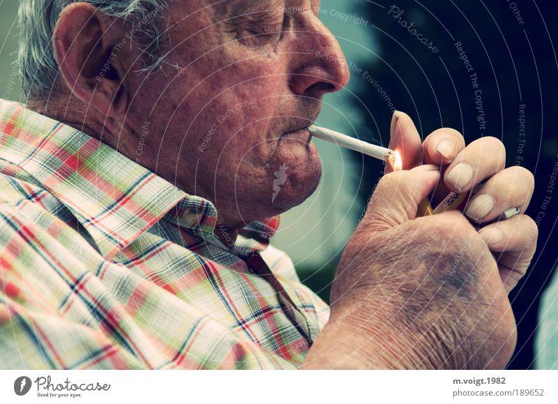 In ewiger Erinnerung Rauchen maskulin Männlicher Senior Mann Großvater Kopf Hand 1 Mensch 60 und älter warten alt authentisch Stimmung friedlich Güte