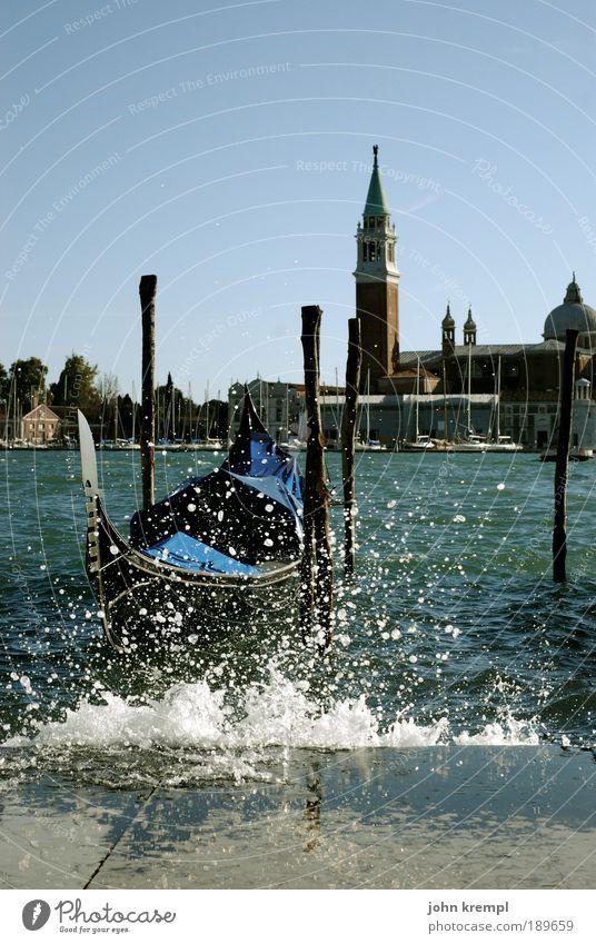 splish splash Wasser Wasserfahrzeug nass Coolness Kirche Tourismus Ferien & Urlaub & Reisen Turm Farbe Italien Lebensfreude Wahrzeichen spritzen Überraschung