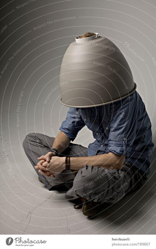 Topf auf Kopf Mensch maskulin Mann Erwachsene 1 hocken warten verdeckter kopf anonym Studioaufnahme Reflektor sitzen neutral lustig grotesk seltsam verkleiden