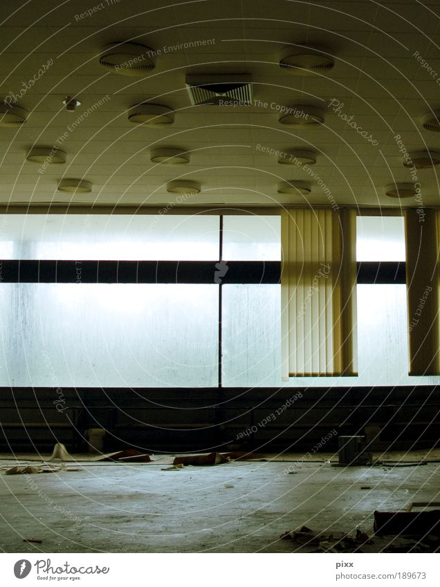 LostPlace Innenarchitektur Industrie Feierabend Fabrik Fenster Beton Glas Arbeit & Erwerbstätigkeit gehen warten authentisch kaputt trashig ruhig Einsamkeit
