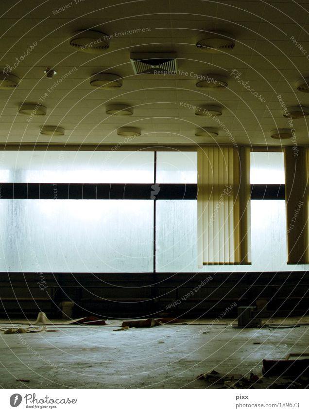 LostPlace ruhig Einsamkeit Fenster Arbeit & Erwerbstätigkeit Glas gehen warten Innenarchitektur Beton kaputt authentisch Industrie Wandel & Veränderung Fabrik
