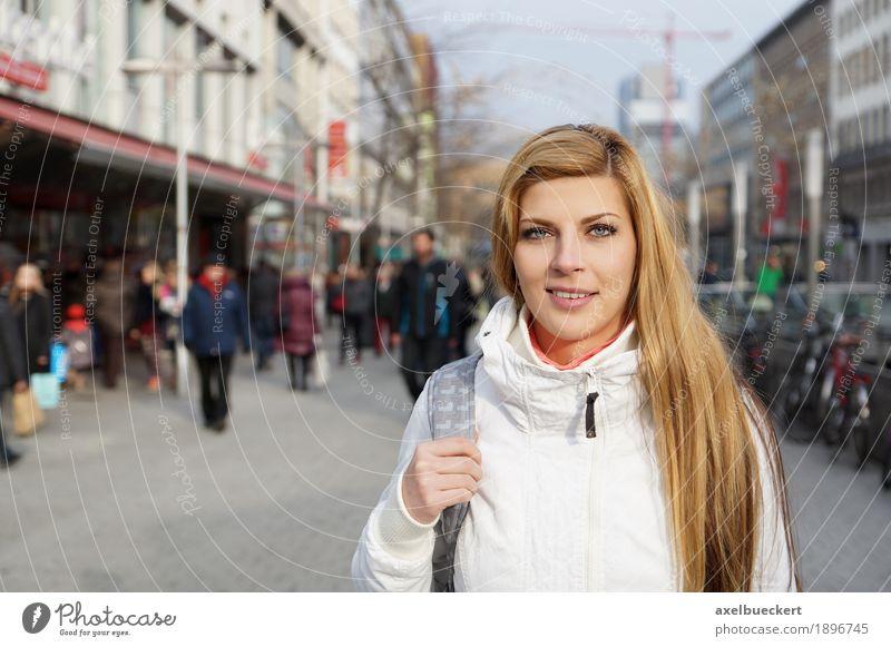 junge Frau in der Innenstadt Lifestyle kaufen Freizeit & Hobby Mensch feminin Junge Frau Jugendliche Erwachsene 1 Menschengruppe Menschenmenge 18-30 Jahre Stadt