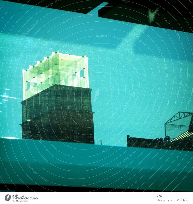 145302 Stadt Haus Bauwerk Gebäude Architektur Glas leuchten blau Fenster Farbfoto Außenaufnahme Sonnenlicht Tag