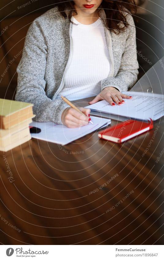 Ausarbeitungen 01 Mensch Frau Jugendliche Junge Frau weiß Haus 18-30 Jahre Erwachsene feminin grau Erfolg Buch lernen Studium Student Konzentration