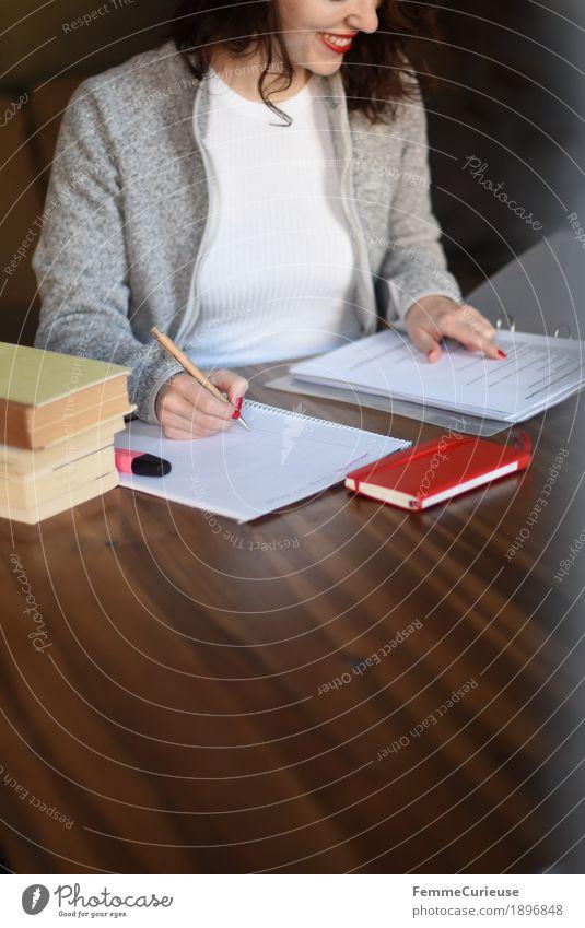 ID1896848 Mensch Frau Jugendliche Junge Frau 18-30 Jahre Erwachsene feminin grau Häusliches Leben Buch lernen schreiben Student Konzentration Locken kariert