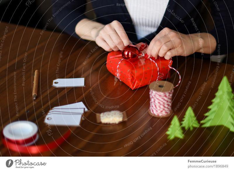Geschenke verpacken 03 Mensch Frau Jugendliche Weihnachten & Advent Junge Frau Hand rot 18-30 Jahre Erwachsene feminin Stimmung Büro 13-18 Jahre Papier