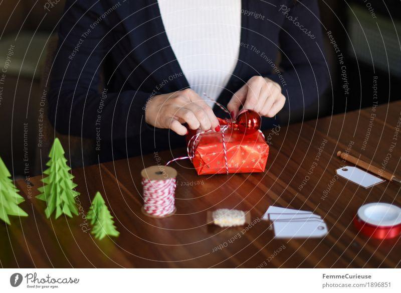 Geschenke verpacken 07 feminin Junge Frau Jugendliche Erwachsene 1 Mensch 18-30 Jahre 30-45 Jahre Stimmung Weihnachten & Advent Tanne Weihnachtsbaum gebastelt