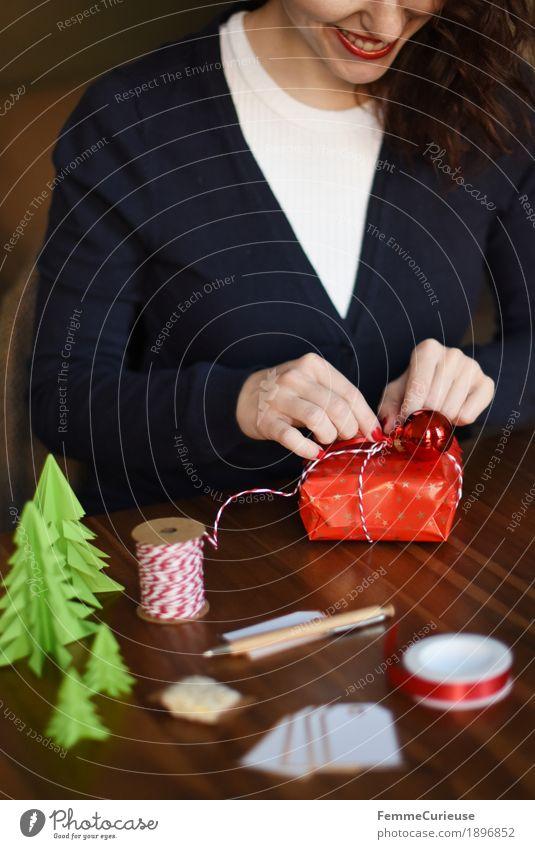 Geschenke verpacken 09 Mensch Frau Jugendliche blau Junge Frau Hand 18-30 Jahre Erwachsene feminin Stimmung Dekoration & Verzierung Lächeln Geschenk Mund Papier Weihnachtsbaum