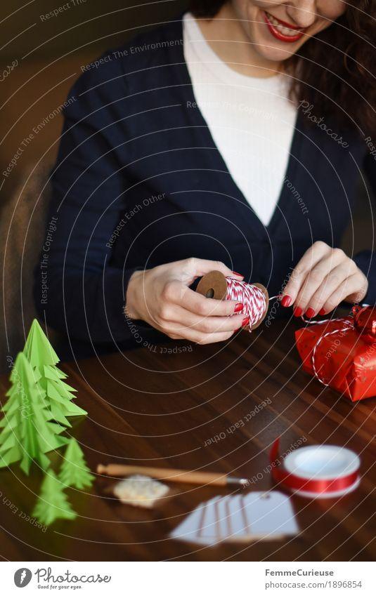 Geschenke verpacken 05 feminin Junge Frau Jugendliche Erwachsene 1 Mensch 18-30 Jahre 30-45 Jahre Stimmung Weihnachten & Advent einpacken Geschenkband rot-weiß