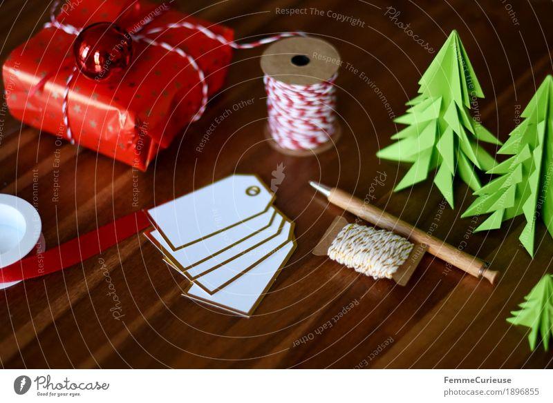 Geschenke verpacken 08 Weihnachten & Advent weiß rot Anti-Weihnachten Stimmung Dekoration & Verzierung gold Weihnachtsbaum Wohnzimmer Tanne Holztisch