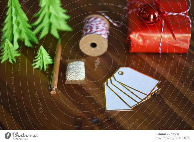 Geschenke verpacken 02 Verpackung Stimmung einpacken beschriften Namensschild Kugelschreiber Geschenkband rot-weiß Tanne Papier gebastelt Holztisch