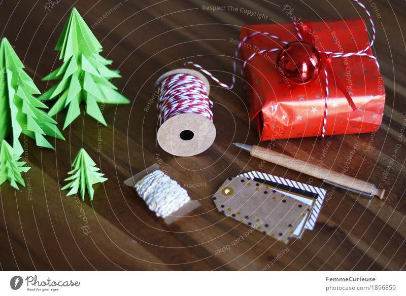 Geschenke verpacken 10 Dekoration & Verzierung Stimmung Geschenkpapier Geschenkband Namensschild beschriften Beschriftung rot-weiß Tanne Weihnachtsbaum Papier